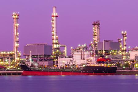 Raffineria di petrolio al crepuscolo, fiume Chao Phraya, Thailandia