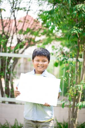 teen boys: ragazzi e ragazze adolescenti, che mostra bordo cartello vuoto per scrivere sul proprio testo