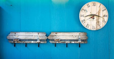resistol: Percha con un reloj en el fondo Foto de archivo