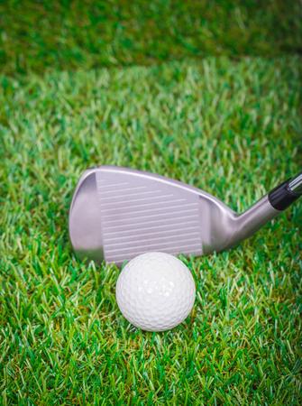 Golf club e palla in erba Archivio Fotografico