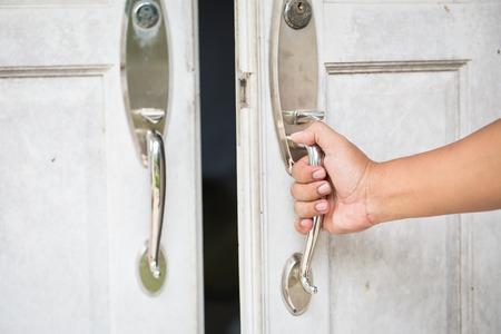puertas de madera: La persona que abre una puerta de interroom  Foto de archivo