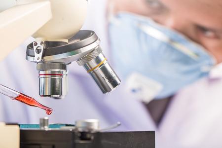 equipos: Manos de herramientas de sujeción clínico durante el experimento científico en el laboratorio Foto de archivo