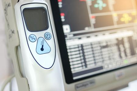 equipos medicos: Monitoreo port�til La atenci�n de salud en el hospital Foto de archivo