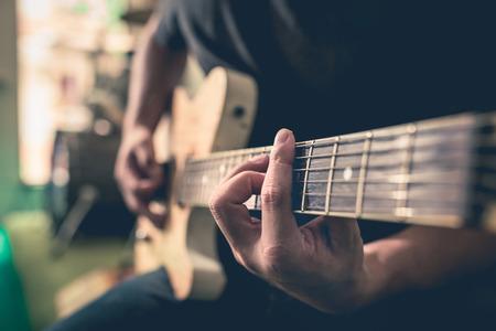 guitarra: manos tocan la guitarra, la vendimia Foto de archivo