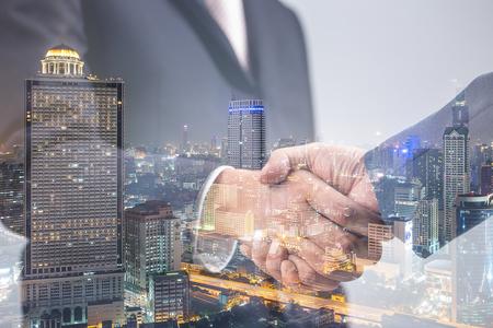 Double exposition de poignée de main d'affaires, le concept d'investissement