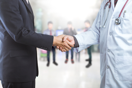 dando la mano: Empresario y médico estrechando la mano de algún acuerdo Foto de archivo