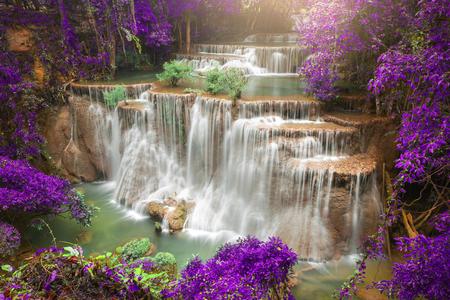 秋の森、深い森の滝、カンチャナブリ県、タイで美しい滝