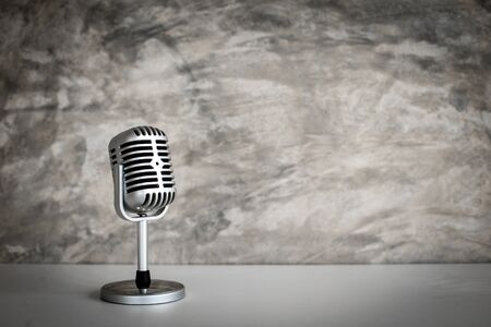 retro microfoon op Grunge oude achtergrond Stockfoto