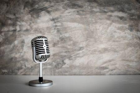 Retro-Mikrofon auf altem Grunge-Hintergrund Standard-Bild