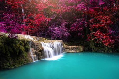 Wodospad w lesie w Parku Narodowym Erawan, Tajlandia