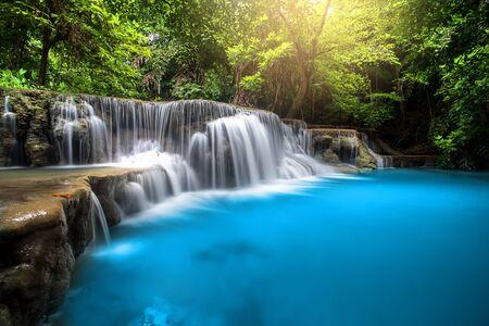 Chute d'eau de Huay Mae Kamin, belle cascade dans la forêt tropicale à la province de Kanchanaburi, Thaïlande