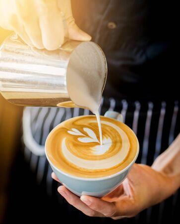 Kaffee Latte Art machen von Barista im Café Café