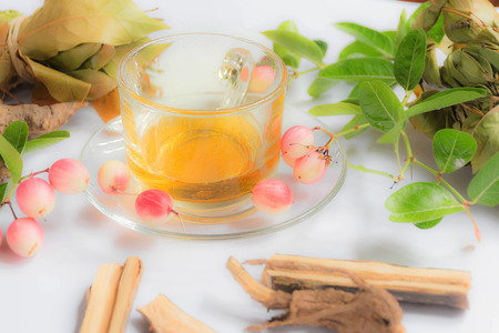 Honey is in a clear glass and has Thai fruits and herbs. Imagens