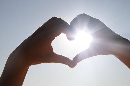 Manos en forma de corazón de amor Foto de archivo
