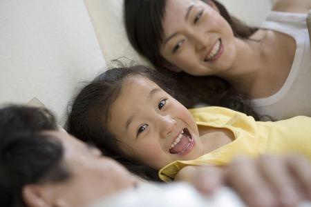 amabilidad: Una familia tumbada en la cama