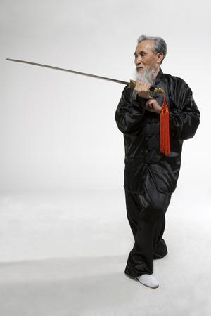 amabilidad: Un anciano practicando una espada china
