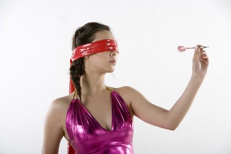 Una mujer de moda con los ojos cubiertos, Darting