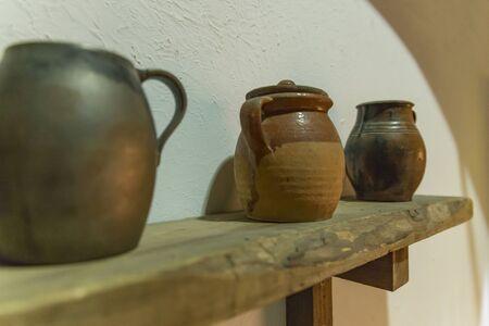 Vieux pots en céramique dans une étagère