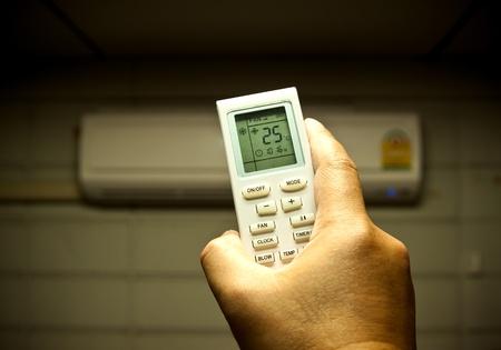 risparmio energetico: condizionatore d'aria di controllo a distanza impostata la temperatura di risparmio energetico Archivio Fotografico