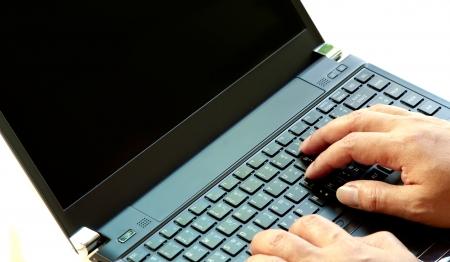 using the computer: trabajando en el teclado del ordenador port�til de mano