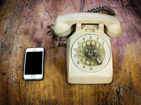 vecchiaia: confronto stile telefono vecchio e il nuovo in vista fisheye