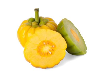 감귤류의 과일: 가르시니아 캄보지아 경로와 흰색 배경에 고립