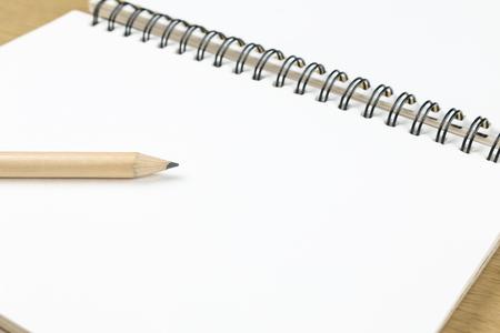 Potlood en blanco geopend notitieboekje, bedrijfsleven, onderwijs Stockfoto - 44176455