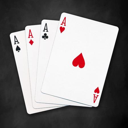 Eine gewinnende Pokerhand von vier Asse Karten passt auf schwarzem Hintergrund spielen Standard-Bild - 46103127