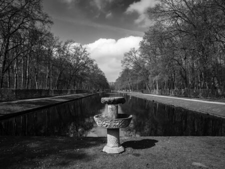 Black and white image of stone fountain by the beautiful pond in the park of Kasteel De Haar Stockfoto
