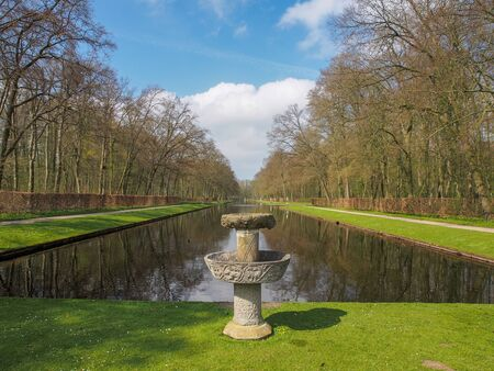 Stone fountain by the beautiful pond in the park of Kasteel De Haar, The Natherlands Stockfoto