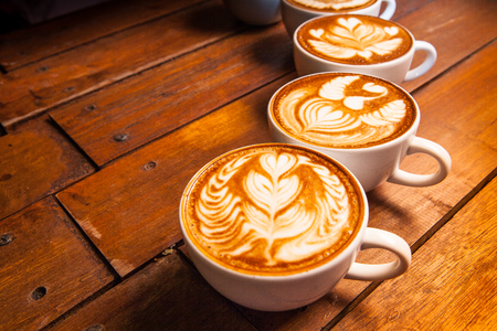 Latte art, coffee on the wooden desk as background  Banque d'images