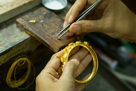 Goldsmith working with a unfinished work  版權商用圖片