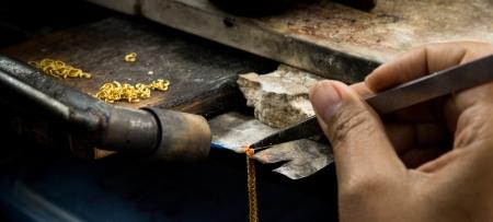 Goldsmith arbeitet mit einem unvollendeten Werk Standard-Bild - 25361680