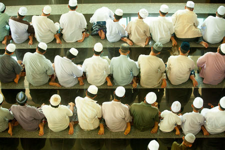 Muslim praying in mosque  Banque d'images