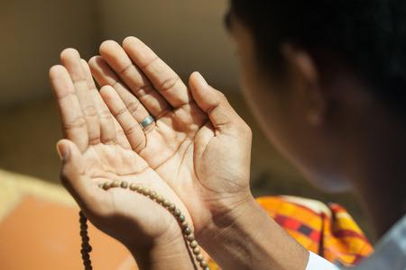 manos orando: Orar manos de muchacho musulmán
