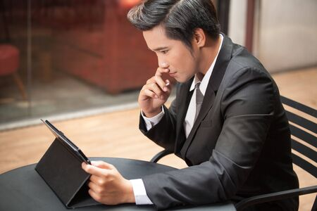 Portrait of young businessman sitting on ceffee shop. Banque d'images