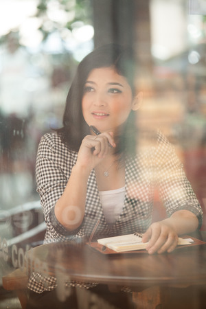 Businesswoman working in a coffee shop. Banque d'images