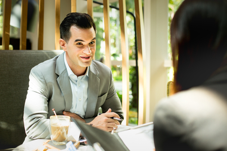 Businessman and businesswoman discuss together about there business. Banque d'images