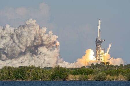 CAPE CANAVERAL, USA - 11. APRIL 2019: SpaceX Falcon Heavy startet erfolgreich, um den Satelliten Arabsat-6A in die Umlaufbahn zu bringen. Gesehen vom Banana Creek Launch Viewing Area des Kennedy Space Center