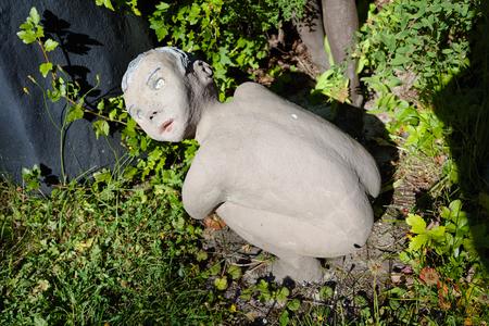 suomi: Parikkala, Finland - August 21, 2015: Sculptures by ITE-artist Veijo Ronkkonen in his sculpture park Parikkalan patsaspuisto . The park contains about 560 concrete statues and a magnificent garden. Editorial
