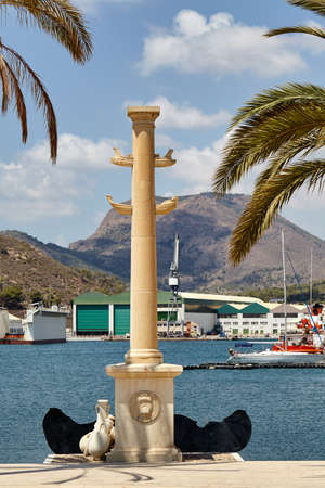 Cartagena, España - 13 de julio de 2016: columna rostral, monumento en honor del centenario del Consejo del puerto de Cartagena.