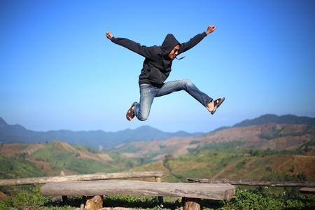 saltar: El hombre salta en acantilados, Tailandia Foto de archivo