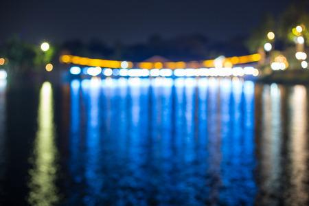 anochecer: Puente colgante y las luces en la noche, imágenes borrosas Foto de archivo
