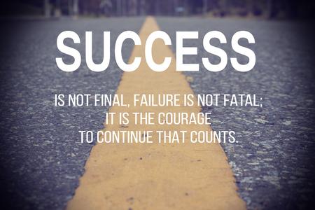 Cita inspirada tipográfico - El éxito no es definitivo, el fracaso no es fatal; Es el valor para continuar lo que cuenta.