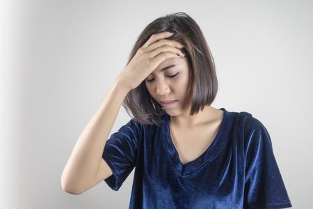 여자 두통, 편두통, 고통, 스트레스, 불면증. 건강 관리, 의료 및 침체 개념 스톡 콘텐츠