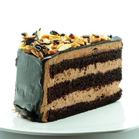 초콜릿 케이크 조각에 격리 된 화이트