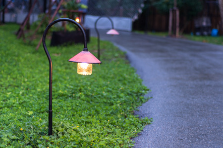 garden city: Hermosa iluminaci�n de la calzada jard�n con l�mparas en la noche Foto de archivo