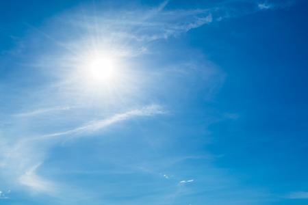cielos abiertos: Cielo azul con nubes y sol
