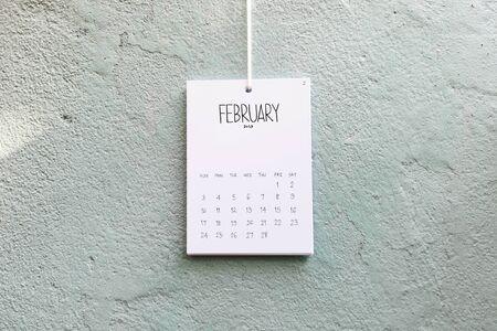 Vintage Kalender 2019 handgefertigt an der Wand hängen, Februar 2019 Standard-Bild
