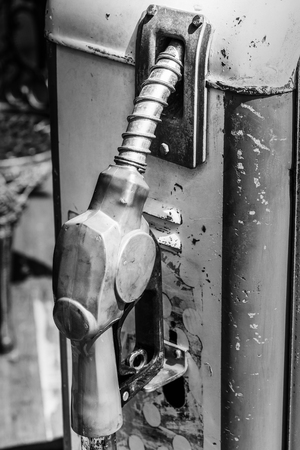 mano anziano: Close up of old hand holding fuel nozzle.
